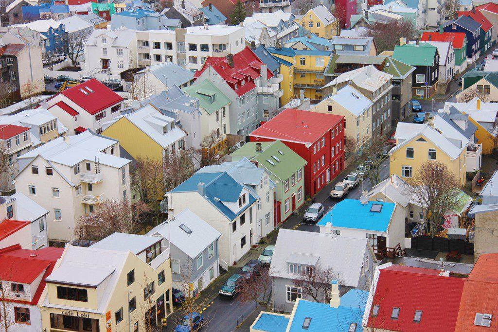 Ensemble de maisons colorées dans les rues de Reykjavik