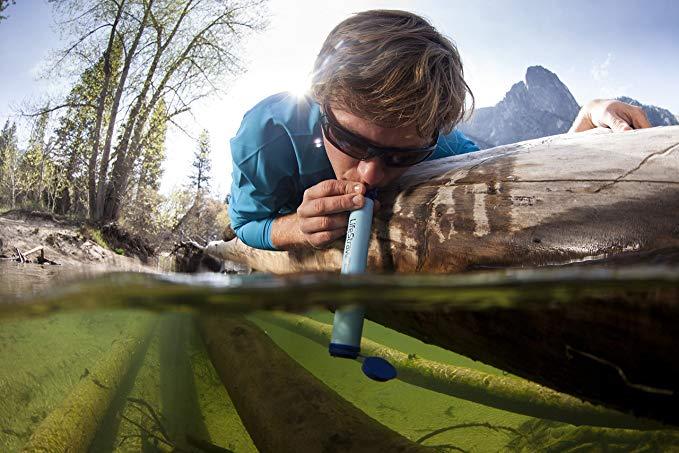 La paille Lifestraw qui filtre l'eau et rend la rend potable