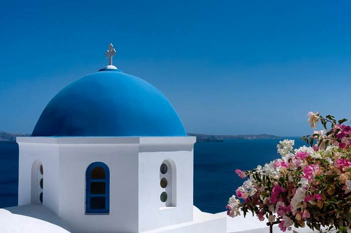 Santorin, église avec un dome bleu.